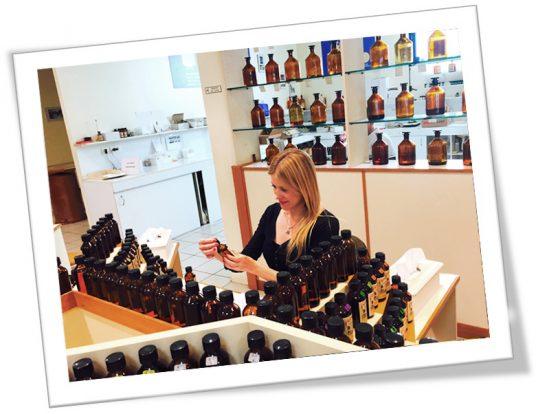 Victoria Bisogno mezclando esencias para usar en mezclas de té en Grasse, Francia.